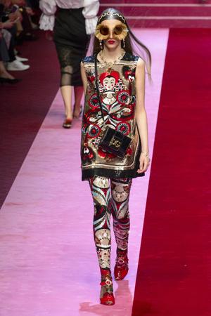 Показ Dolce & Gabbana коллекции сезона Весна-лето 2018 года Prêt-à-porter - www.elle.ru - Подиум - фото 640591