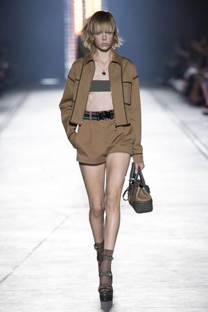Показ Versace коллекции сезона Весна-лето  2016 года prêt-à-porter - www.elle.ru - Подиум - фото 599915
