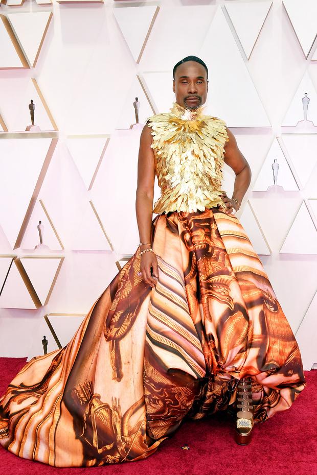 Золотой Феникс: Билли Портер в доспехах из перьев на красной дорожке церемонии «Оскар-2020» (фото 1)