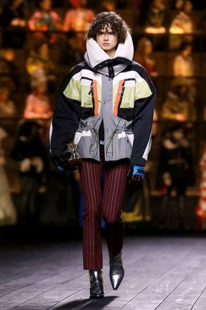 Как носить пуховик с вечерним платьем? Ответ найдете на показе Louis Vuitton (фото 0.2)