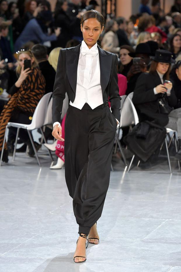 Как носить песочные оттенки зимой? Супермодель Джоан Смоллс и ее зимний образ в Париже (фото 1)