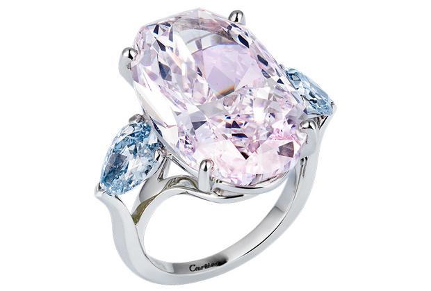 Кольцо Cartier Royal с розовым бриллиантом в 21,25 карата и двумя голубыми — по 1,10 и 1,08 карата