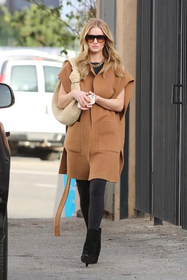 Самое необычное пальто на весну: модная находка Роузи Хантингтон-Уайтли (фото 1)
