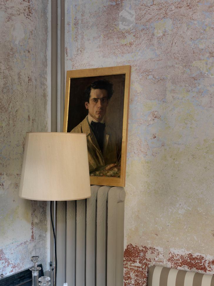 Автопортрет сиенского художника Ларенцони из личной коллекции Дмитриева. Торшер сделан по эскизу декоратора.
