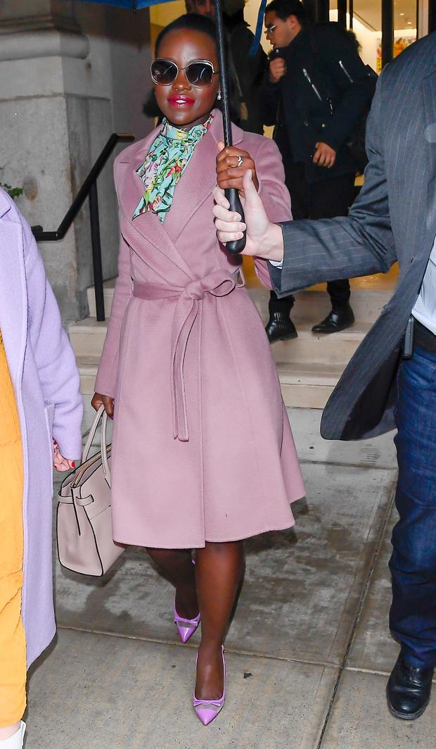Сама нежность: Люпита Нионго в пальто цвета пыльной розы (фото 1)