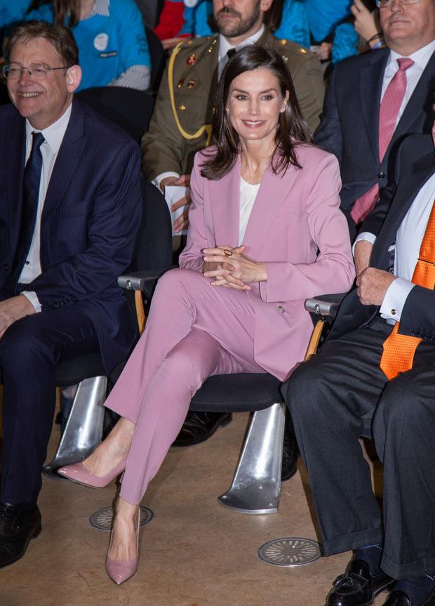Лети лепесток: пудрово-розовый костюм королевы Летиции (фото 5)
