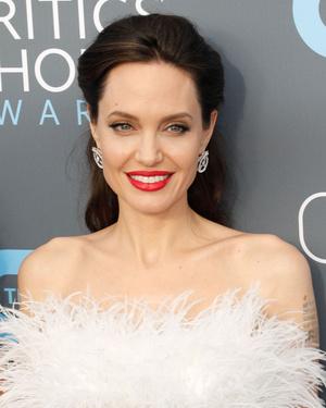 Snow queen: Анджелина Джоли на Critics' Choice Awards (фото 3)