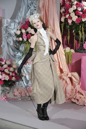 Показ Christian Dior коллекции сезона Весна-лето 2010 года haute couture - www.elle.ru - Подиум - фото 138237