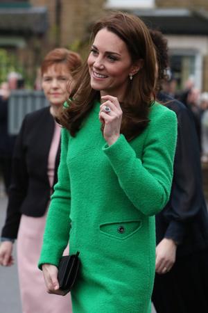 Ее Высочество в зеленом: Кейт Миддлтон в платье цвета лайма и черных ботильонах (фото 1)