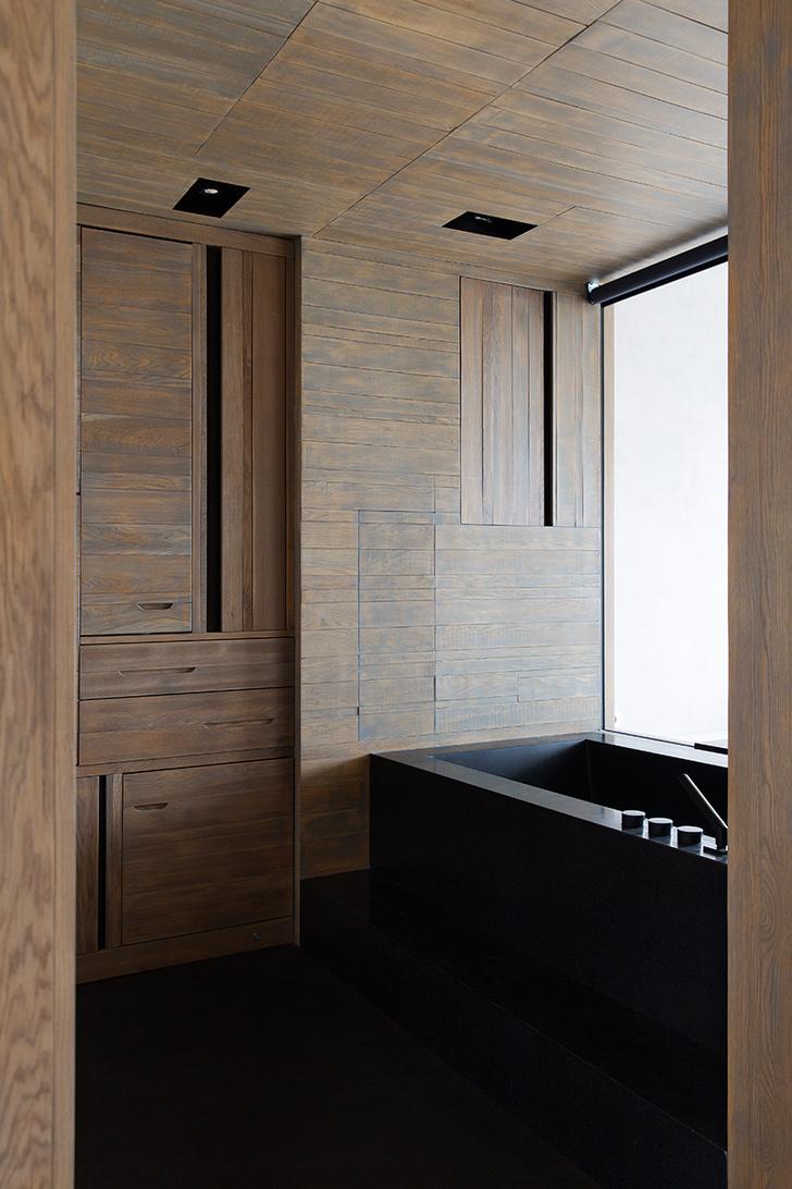 Окно ванной выходит в комнату для йоги. Ванна сделана на заказ, смеситель, Dornbracht.
