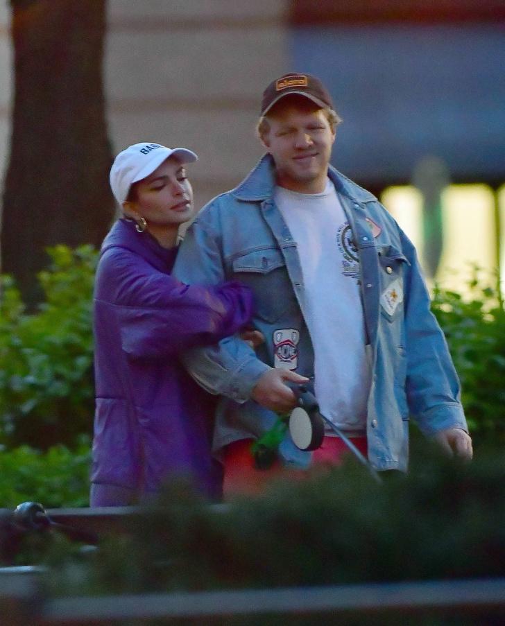 Даже в куртке с голым прессом: эффектный выход Эмил Ратаковски (фото 3)