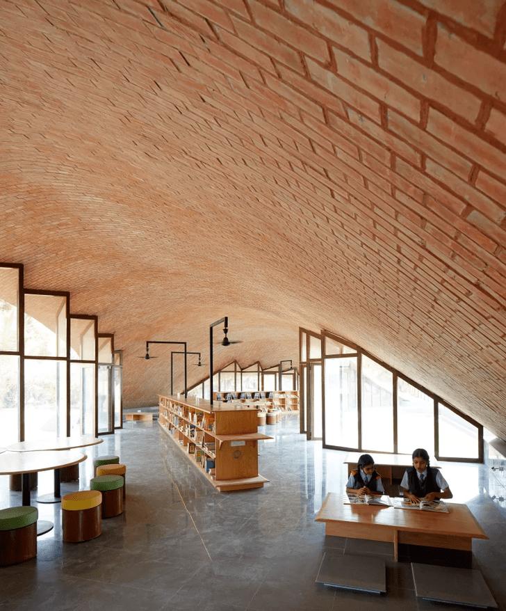Библиотека с прогулочной зоной на крыше (фото 4)