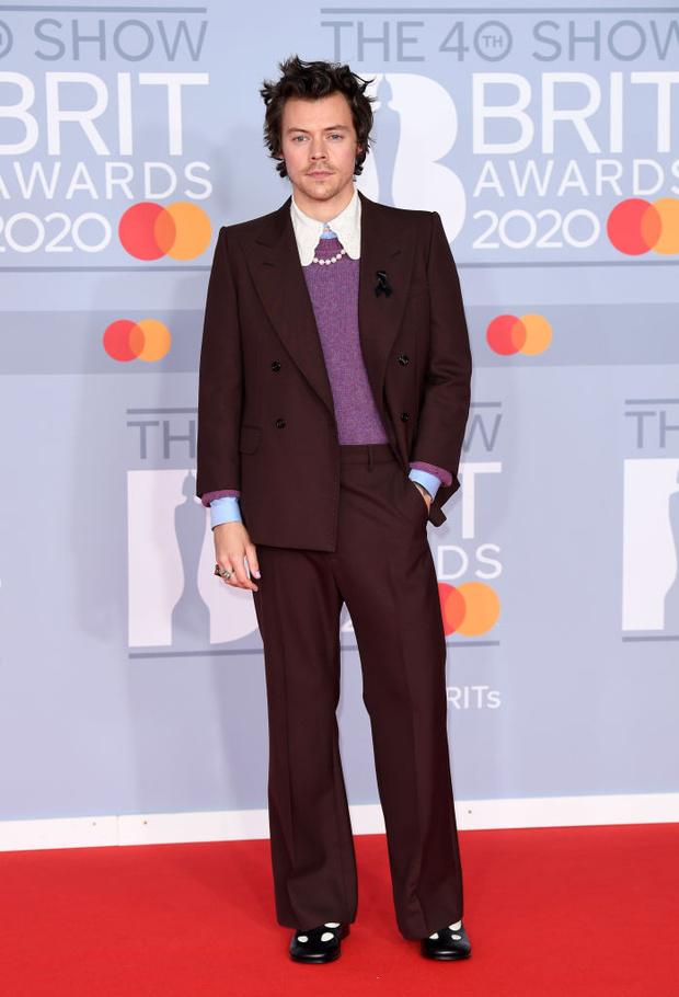 Жемчужные бусы, каблуки и белая водолазка: три лучших мужских образа BRIT Awards (фото 1)