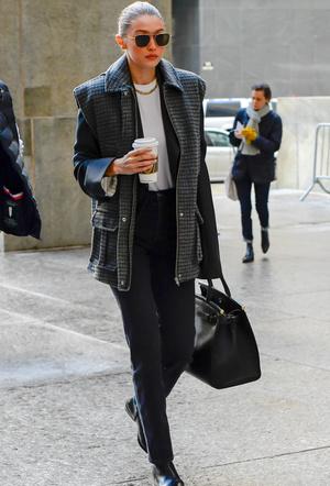 На заметку офисным работникам: стильная Джиджи Хадид в черно-белой гамме (фото 1.2)