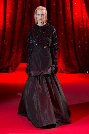 Показ Ulyana Sergeenko коллекции сезона Весна-лето  2017 года haute couture - www.elle.ru - Подиум - фото 616858