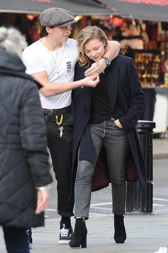 Фото дня: Хлоя Морец и Бруклин Бекхэм на прогулке в Лондоне (фото 2)