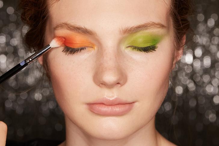 Поэтапная инструкция: 2 новогодних макияжа от визажистов Елены Крыгиной (фото 8)