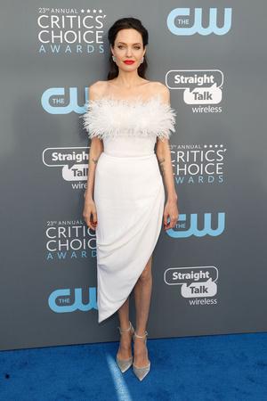 Snow queen: Анджелина Джоли на Critics' Choice Awards (фото 1)
