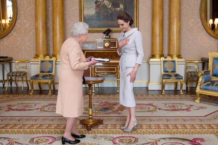 Что звезды надевали на встречу с королевой Елизаветой II? (фото 50)