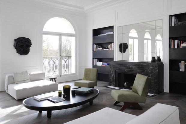 Интерьер гостиной в белом цвете. Стены с декоративной раскладкой из молдингов выкрасили в белый цвет, как и потолок с массивным карнизом из гипса. Зеленое кресло, дизайн Пьера Жаннере. Белое кресло, дизайн Пьера Гариша.