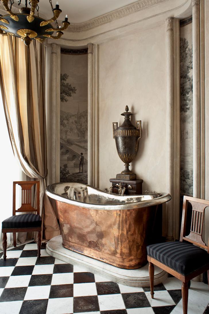 Ванная комната при спальне хозяев. Медная ванна XVIII века изнутри покрыта серебром. Стулья красного дерева, работа семьи Жакоб*, обтянуты черным шелком. Пол выложен черно-белой мраморной плиткой конца XVIII века.