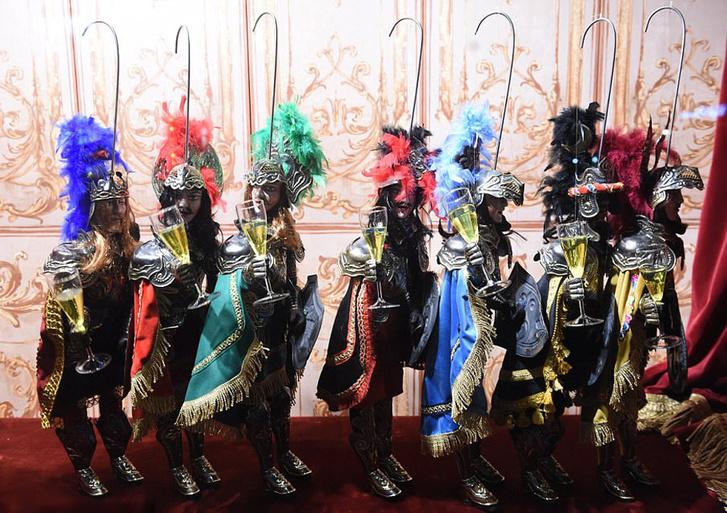 Dolce & Gabbana украсили витрины британского Harrods к Рождеству фото [12]