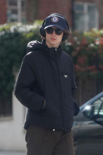 Красивый мальчик: Тимоти Шаламе гуляет по Лондону (фото 1.2)