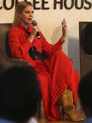 Леди в красном: Шарлиз Терон в Givenchy на форуме в Дубае (фото 1)