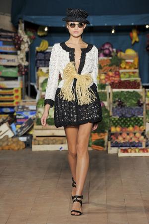 Показы мод Moschino Cheap & Chic Весна-лето 2012 | Подиум на ELLE - Подиум - фото 1871