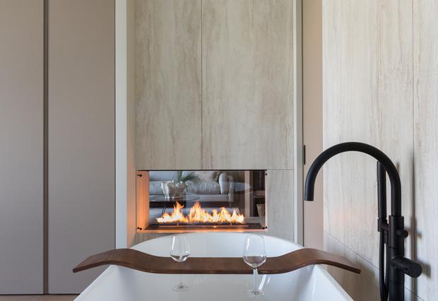 Квартира 76 м² с ванной в спальне и прозрачным камином (фото 7)