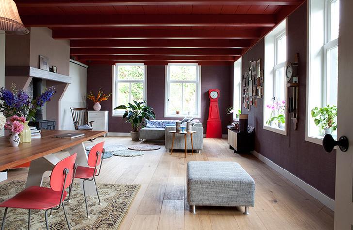 Современный интерьер шведского дома. В жилищах шведов антикварные часы в деревянном корпусе из деревни Мора сочетаются с дизайнерской мебелью.