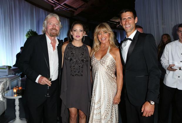 Ричард Брэнсон, Кейт Хадсон, Голди Хоун и Новак Джокович на ужине Novak Djokovic Foundation, 2013