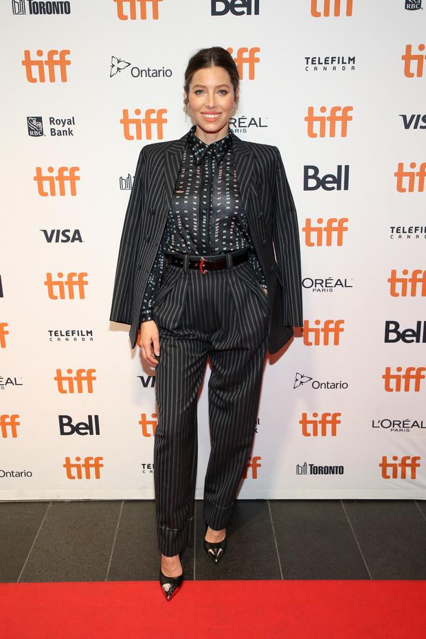 Как носить мужской костюм: Джессика Бил в Louis Vuitton (фото 2)