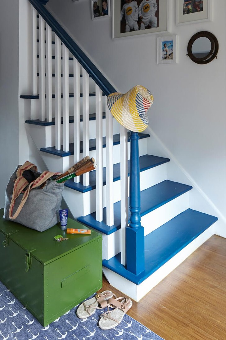 Как обновить лестницу в загородном доме (фото 13)