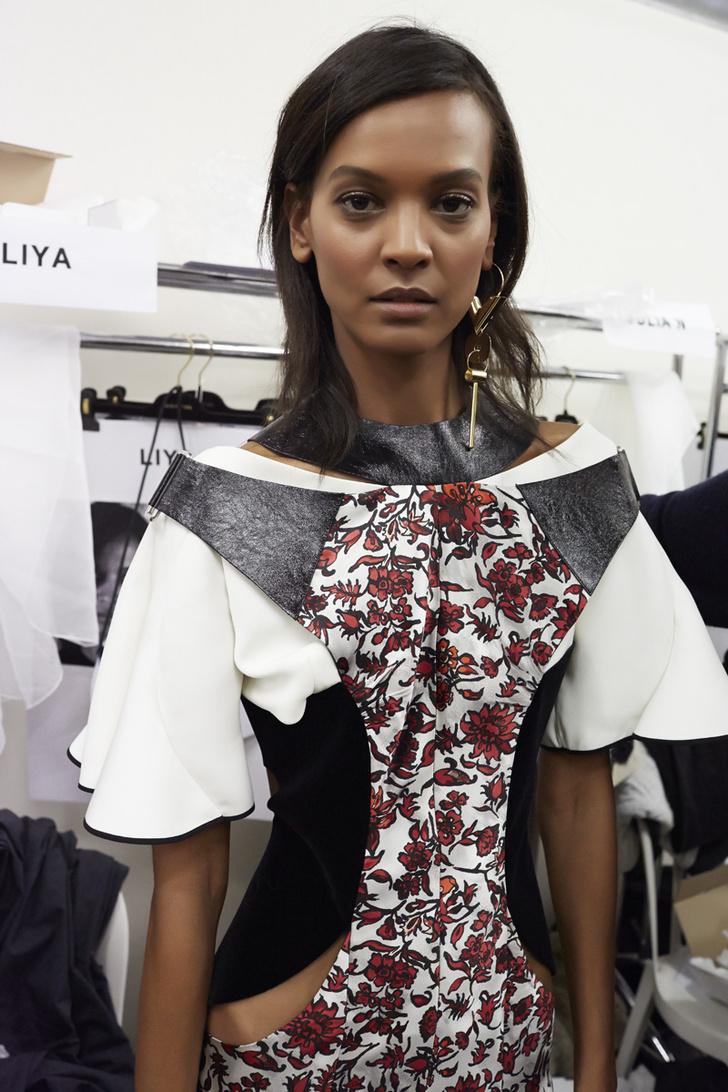 Модель Лия Кебеде за кулисами показа Louis Vuitton