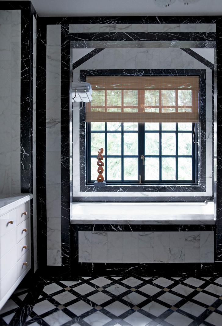 Ванная комната отделана черным и белым мрамором. Узоры, выложенные из камня контрастирующих друг с другом цветов, — любимый прием декоратора.
