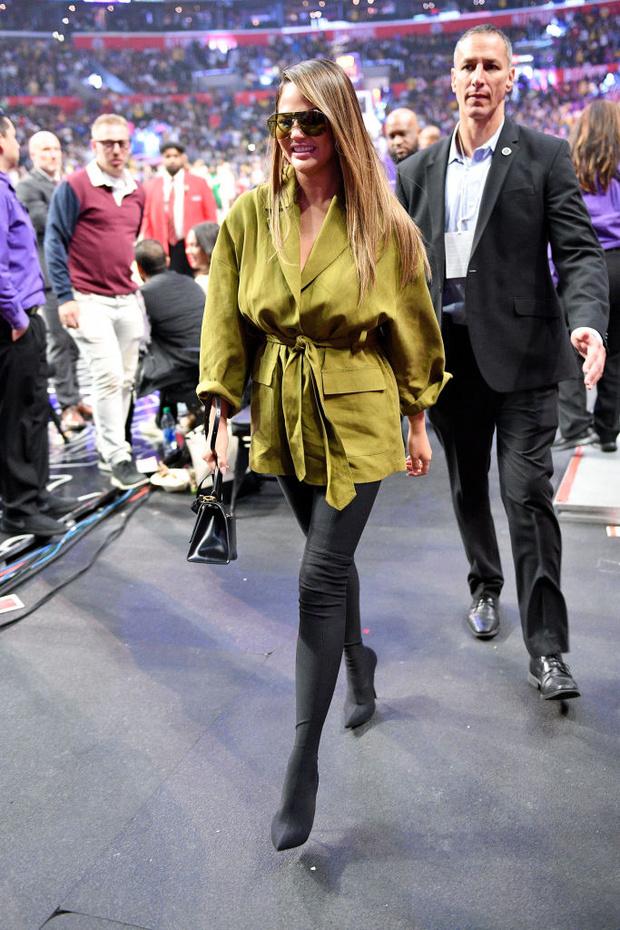 Как носить ботфорты вместо брюк? Показывает Крисси Тейген (фото 1)
