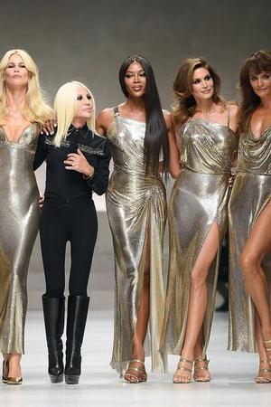 Показ Versace коллекции сезона Весна-лето 2018 года Prêt-à-porter - www.elle.ru - Подиум - фото 639581