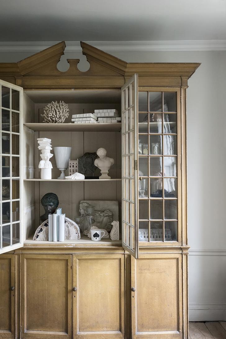 Классический шкаф-витрина