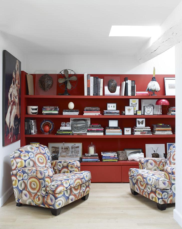 Библиотека. Стеллаж сделан на заказ по эскизам Марики Дрю. Кресла в обивке из ткани 1920, Pierre Frey.