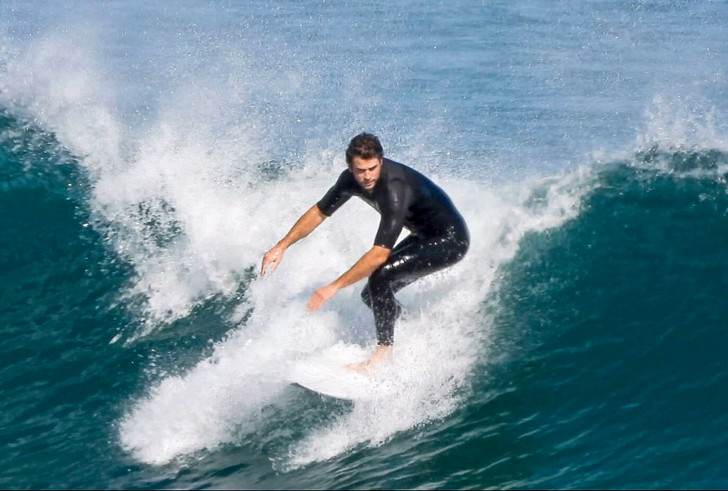 Рассекая волны: Лиам Хемсворт показал свои навыки серфера (фото 2)