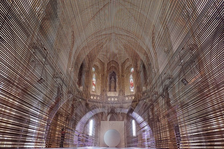 magnetic tape transforms bordeaux chapel into a tunnel of blurred boundaries (фото 0)