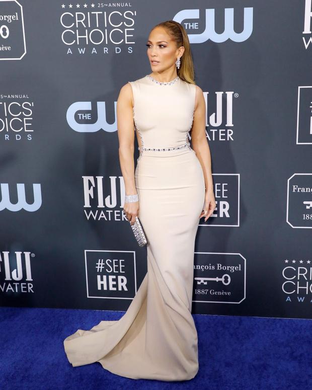 Пропустите вперед королеву: практически «голое» платье Дженнифер Лопес (фото 1)
