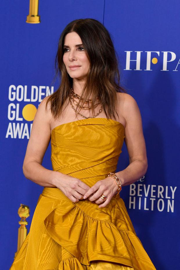 Минуя красную дорожку: неожиданное появление Сандры Буллок в медовом кутюрном платье (фото 3)
