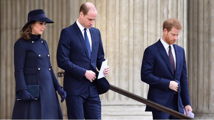 Кейт Миддлтон с принцами Гарри и Уильямом на службе в Кенсингтоне (фото 4)