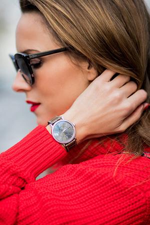 Тренд: открытые браслеты и часы в светлой гамме (фото 17)