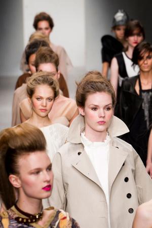 Показ Fashion Fringe коллекции сезона Весна-лето 2013 года prêt-à-porter - www.elle.ru - Подиум - фото 434750