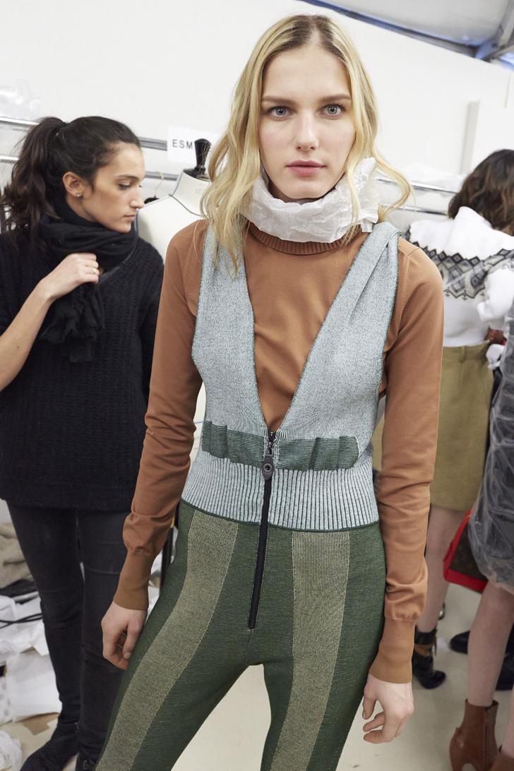 Модель Марик Шиммель за кулисами показа Louis Vuitton