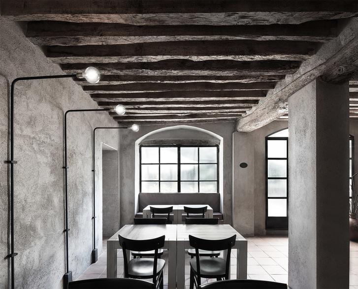 Монохромная закусочная в здании фермы XVI века (фото 0)