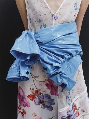 Инструкция: как нескучно носить ветровки и дождевики (фото 21)